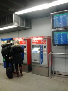 Máquina expendedora de billetes de tren del aeropuerto de Varsovia Chopin al centro