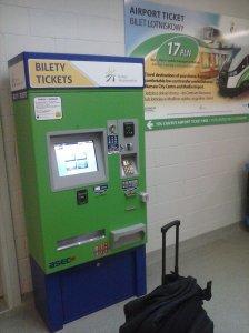Máquina expendedora de billetes de tren del aeropuerto de Varsovia Modlin al centro.